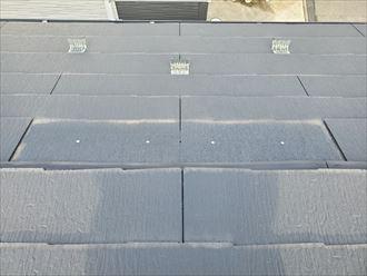 屋根材のスレートが飛散してしまい釘が露出しているので雨漏りに繋がります