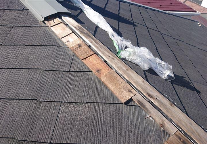 新宿区中落合、強風で剥がれた棟板金を調査しました