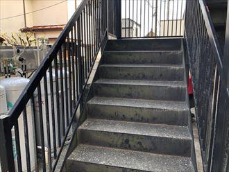 調布市小島町のアパートで、外階段の錆を調査しました
