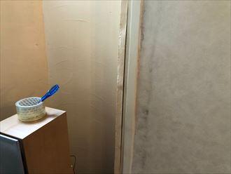雨漏りで壁紙が剥がれている