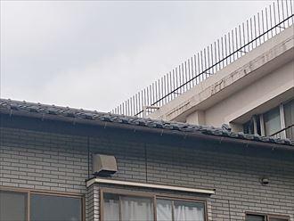 瓦の一部が破損した屋根