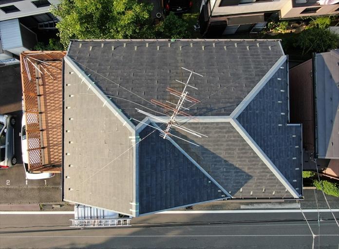 ボロボロな状態のスレート屋根