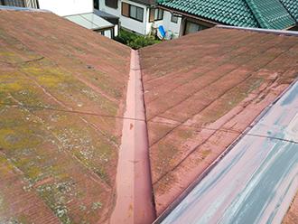 スレート屋根に苔やカビが生えています