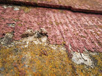 スレート屋根の塗膜が剥がれています