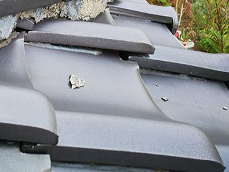屋根の上に落ちた漆喰の欠片