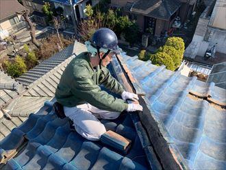 棟瓦取り直し工事で既存の熨斗瓦をのせる