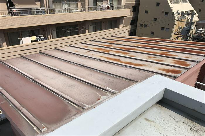 江東区三好で屋上に増築された建屋の瓦棒屋根の点検調査、お手入れの方法について