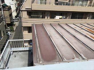 色褪せが進行しているトタン屋根
