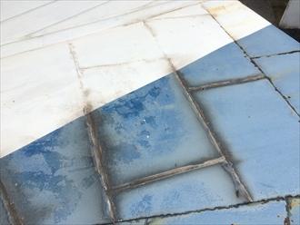 継ぎ目に出来た黒い染みは雨水の影響