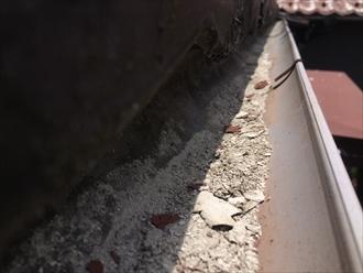傷んだセキスイかわらUの粉塵が雨樋に溜まっている