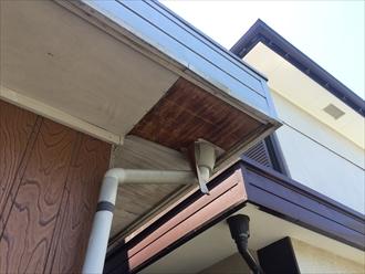 軒天に使用された木材が傷んでいる