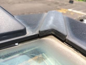 トップライトとガラスの間に隙間が出来ている