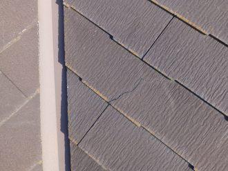 屋根スレートにひび割れ