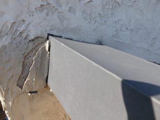 壁材が剥がれている