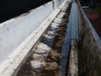 水のたまった雨樋