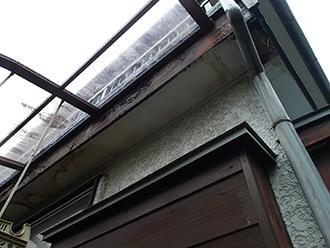 軒天の両端が腐食