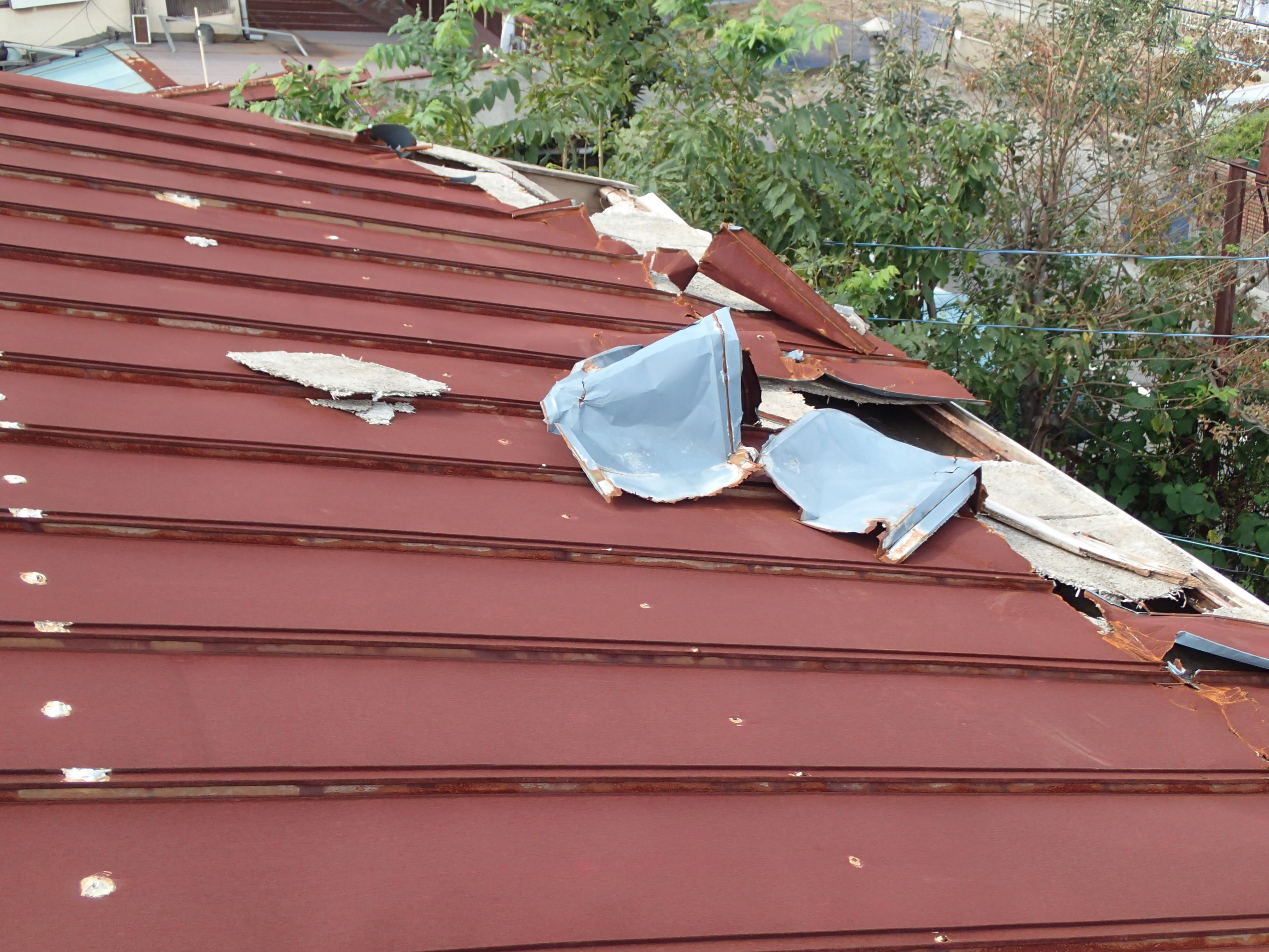 めくれた鉄板屋根