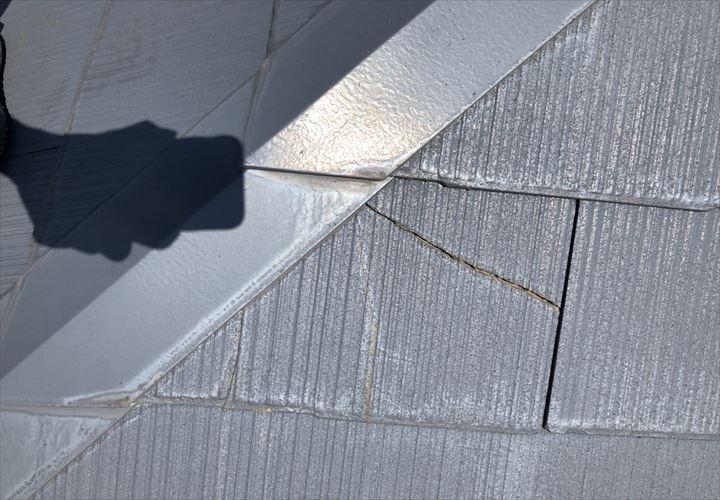スレート屋根の新しいひび割れ