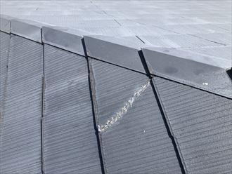 スレート屋根の古いひび割れ