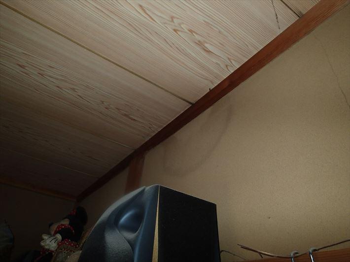 部屋の中心部の雨漏り