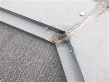 棟板金は補修の跡があります