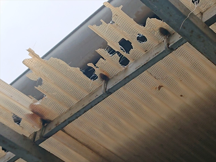 練馬区春日町で雹の被害を受けたバルコニーの波板を張り替え工事で直します