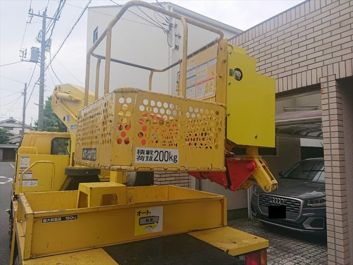 目黒区目黒本町で破損した雨樋を足場と高所作業車で交換工事します