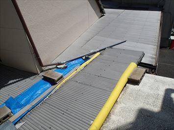 足立区西新井の病院の渡り廊下で発生している雨漏りを調査に伺いました