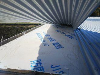 捲れた屋根の下に防水シート
