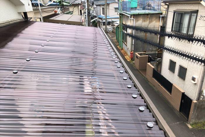 葛飾区西新小岩でポリカ製波板の交換工事、強風対策を講じて修繕工事を行いました