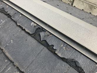 棟板金の直下の屋根にめくれ