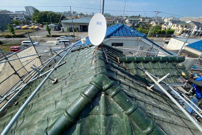 足立区西保木間で瓦屋根の棟が強風被害で損壊、棟取り直し工事を行いました。