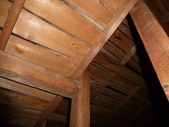 小屋裏にも雨染みやカビが発生