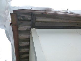 雨漏りを起こしている折板屋根