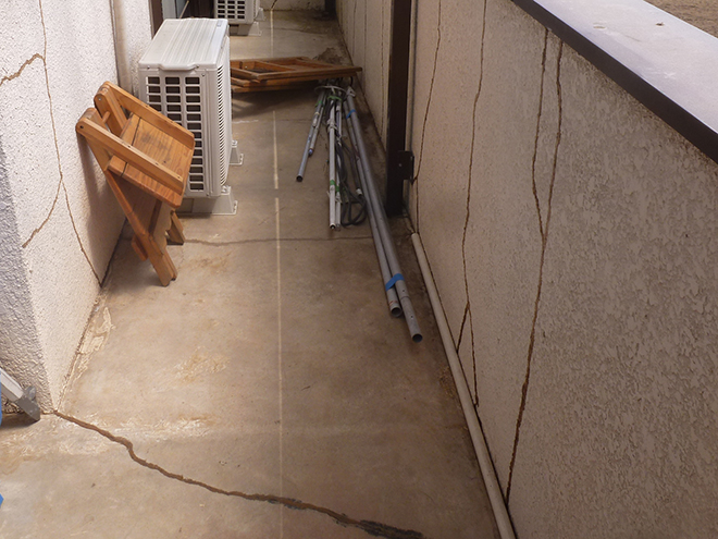バルコニー床も防水層が劣化しています