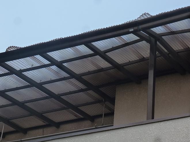 庭から見上げたバルコニーの屋根