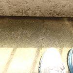 ひびがはいったバルコニー床