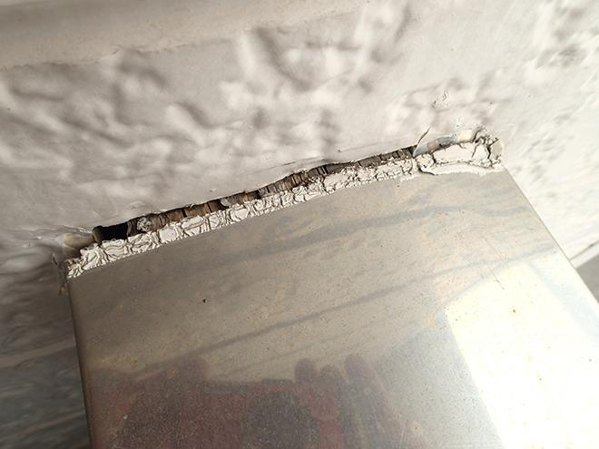 外壁と手すりの取り合い、シーリングが劣化
