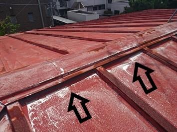 杉並区上荻で塗膜が劣化してサビが出たアパートのトタンの瓦棒屋根を塗装工事でメンテナンス