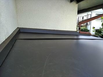 立川市錦町で玄関庇(ひさし)はガルバリウム鋼板を張って仕上げます