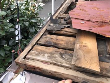 立川市柏町で雨漏りで下地が腐食した玄関の庇の改修工事をおこないます