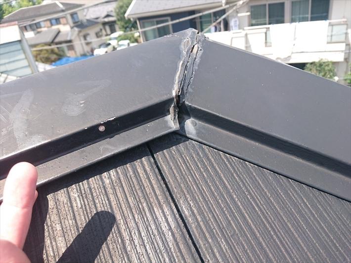 三鷹市新川でスレート屋根の棟板金が浮いて屋根全体に傷みが出ています