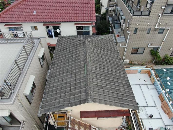 世田谷区上馬で強風でズレたセメント瓦の屋根の調査をドローンでおこないました