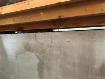 基礎の上の土台から雨漏りしています