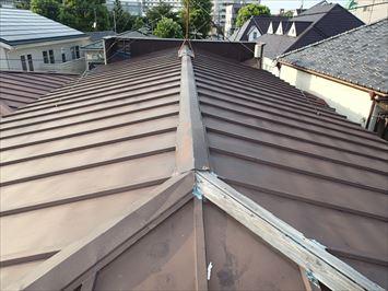 板橋区双葉町で強風で飛散したアパート屋根の棟板金調査に伺いました