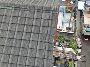 屋根の側面のケラバがズレています