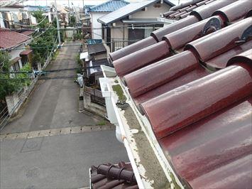 江戸川区篠崎で雨樋詰まりの原因調査に伺うと瓦屋根の棟に原因がありました