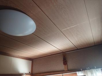 天井には雨漏りの染みが出来ています