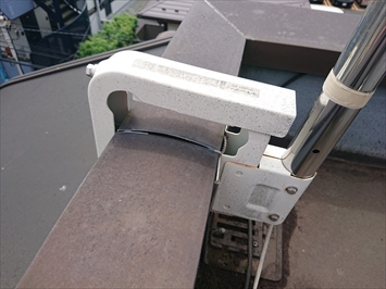 BSアンテナの固定金具で笠木が歪んでいます