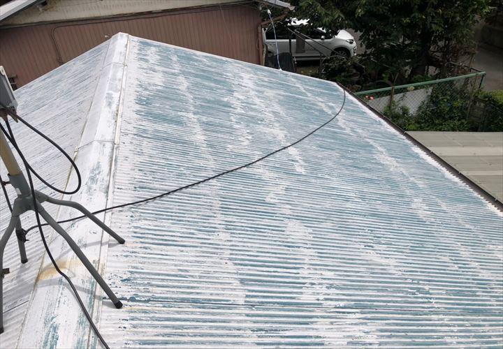 塗装が剥げて青くなったトタン屋根